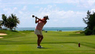 mujer jugando a golf