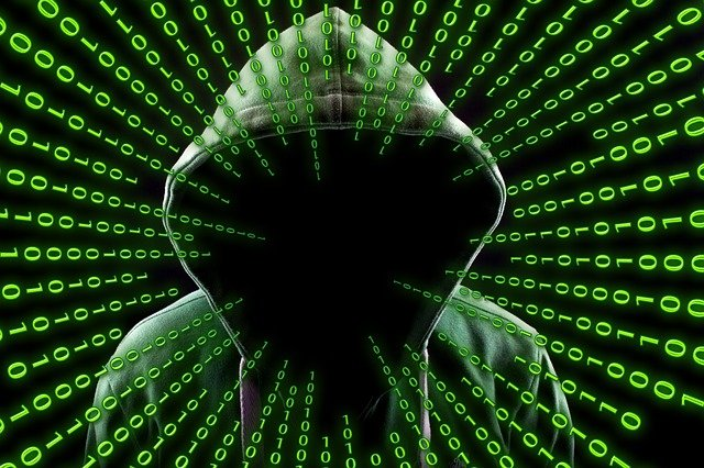 hacker pensando en código binario
