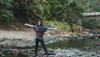 mujer feliz en el rio