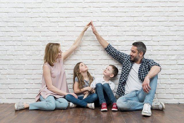 padres con sus niños: la función de los padres en el desarrollo de la personalidad de sus hijos