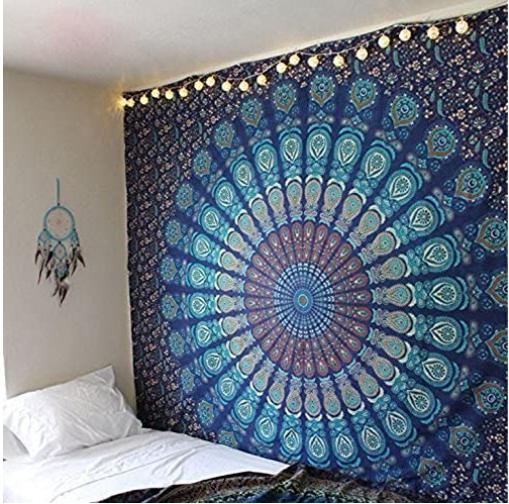 tapiz étnico colgado en la pared de una habitación