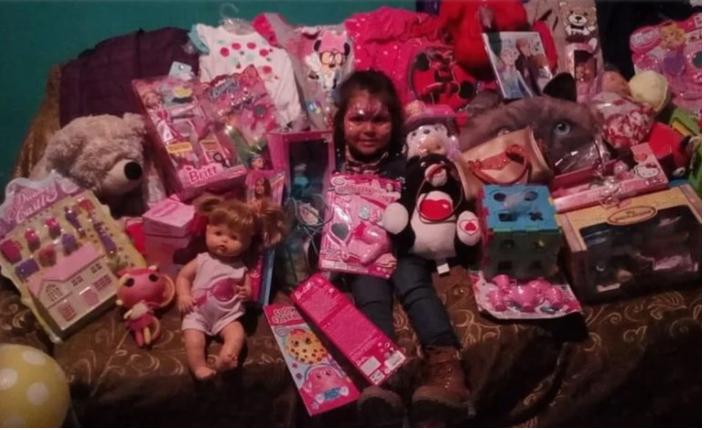 imagen de la niña con todos los regalos que le hicieron