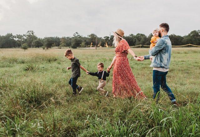 familia andando por el monte