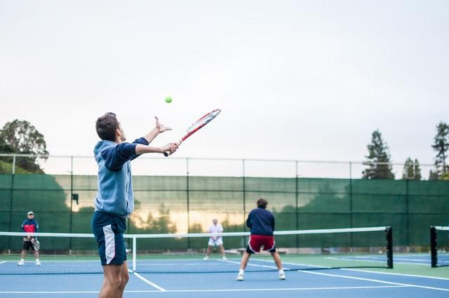 chico empleando la psicología del tenis en su juego