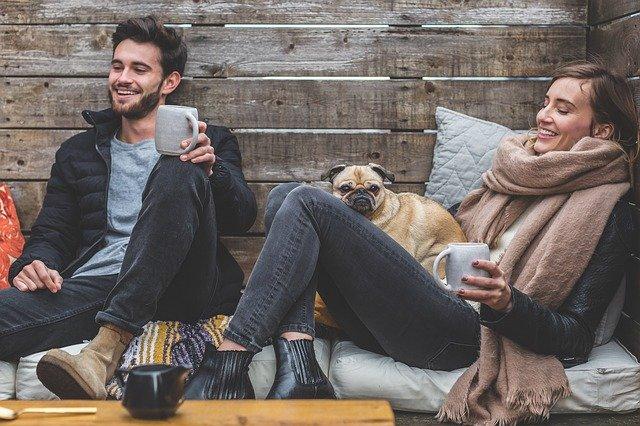 pareja sonriendo al hablar de cóo es su personalidad