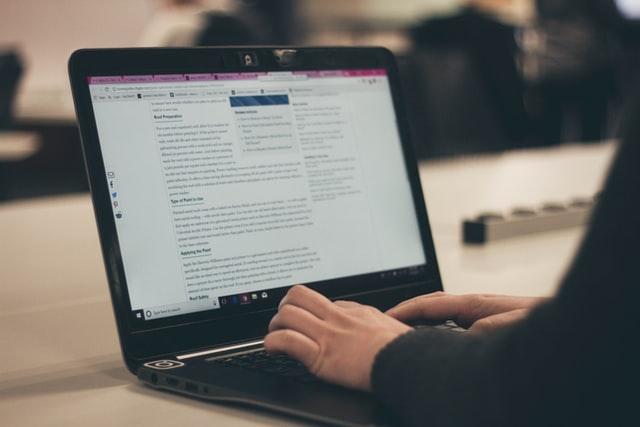 chico escribiendo una entrada en su blog