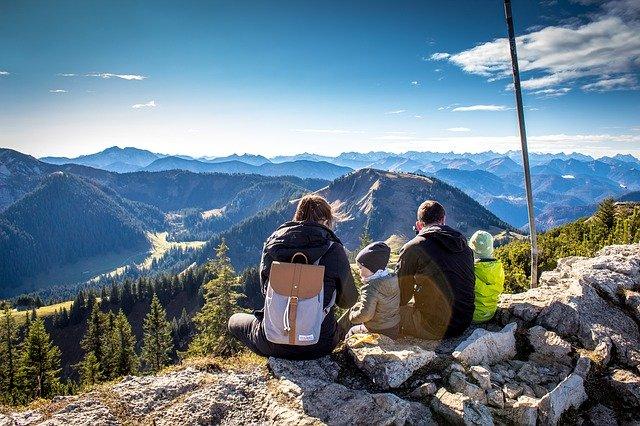 familia en unas vacaciones familiares a la montaña