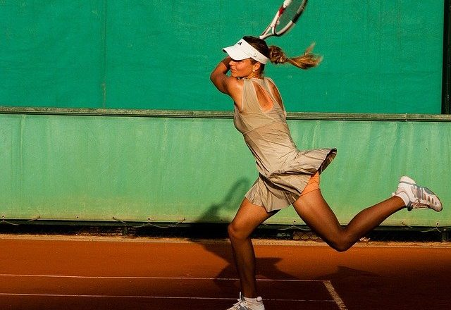 mujer jugando a tenis