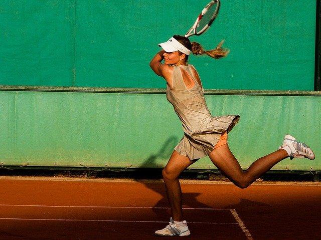 chica jugando a tenis