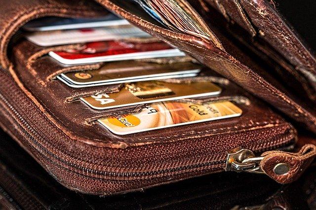 numerosas tarjetas de crédito dentro de un monedero