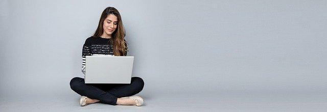 chica escribiendo una entrada en su blog