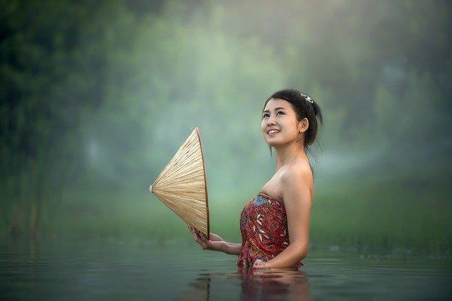 chica bañándose en el agua vestida