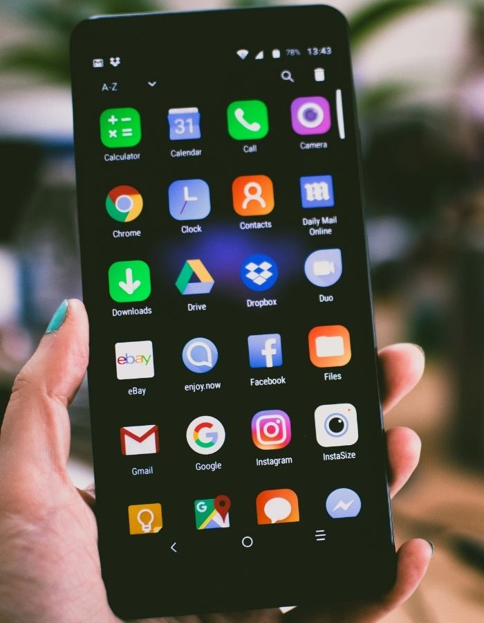 Chica decide eliminar todos los archivos de su smartphone por su seguridad