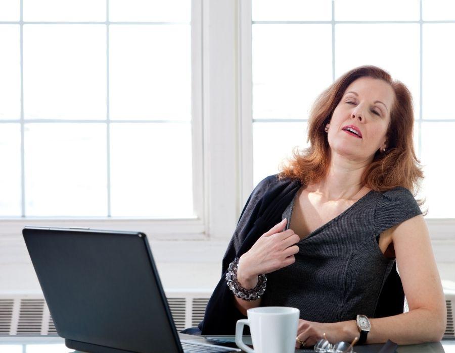 mujer qeu tiene calores por la menopausia
