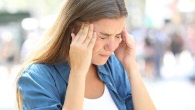 chica que sufre de migraña