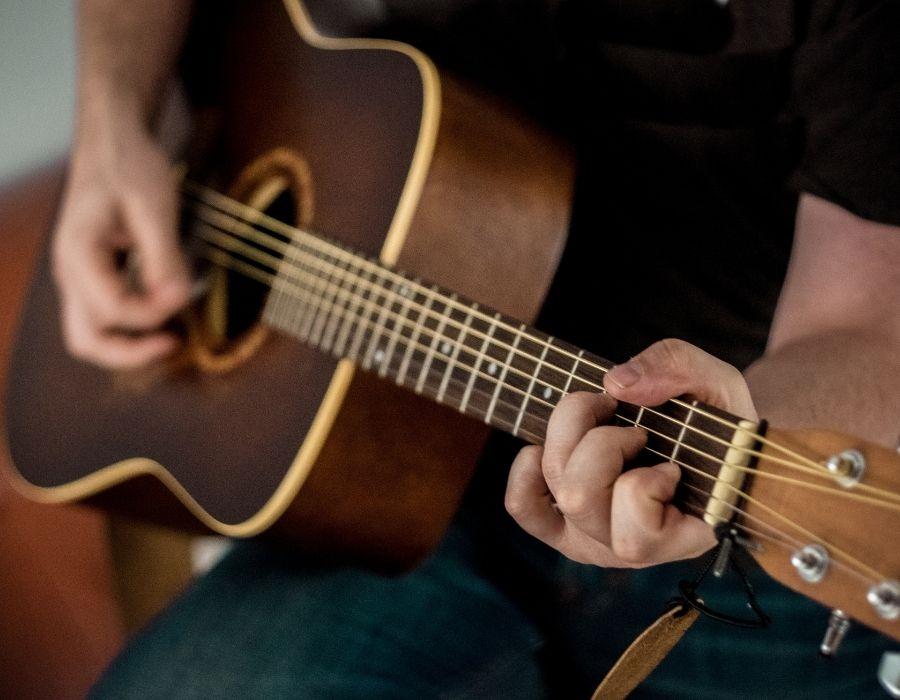 las guitarras acústicas: uno de los mejores instrumentos de música para empezar a tocar