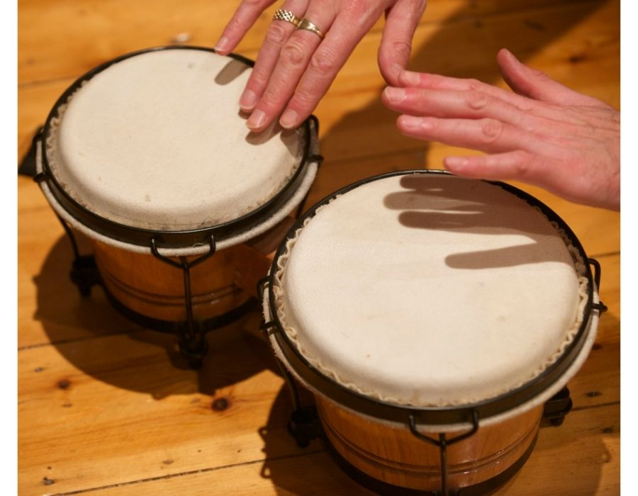 imagen de una persona tocando los bongos