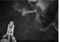 hombre fumando vaper