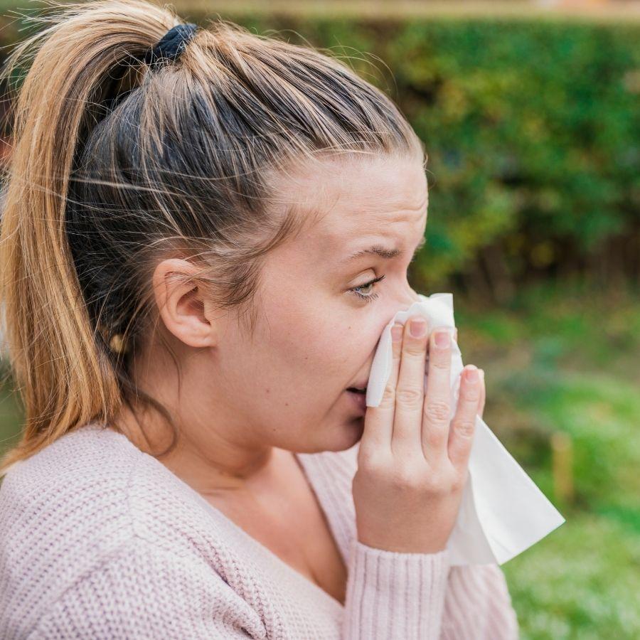 mujer que decide tomar mejorana por sus beneficios para sus fosas nasales