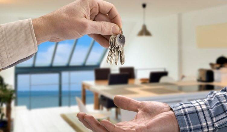 hombre entregando las llaves de su piso