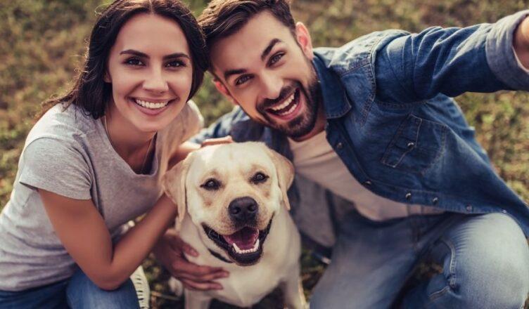 perro feliz con sus dueños