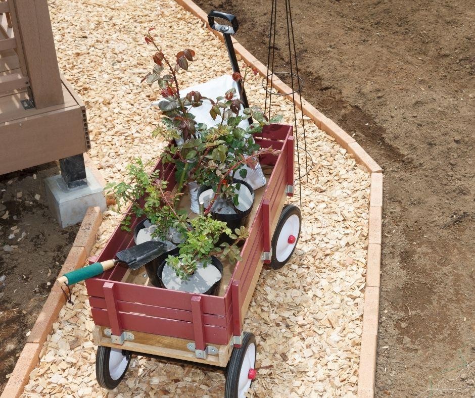 productos para jardín: carrito para llebar las macetas y otros instrumentos de jardineria