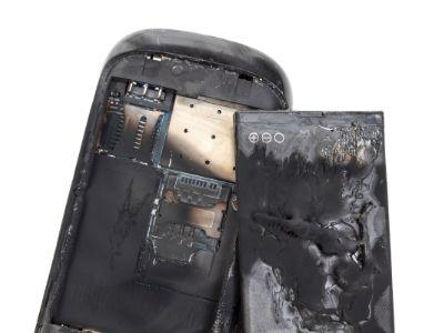 batería y celular rotos por el sobrecalentamiento de un teléfono móvil