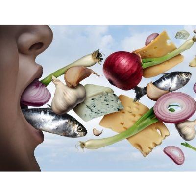 Persona que quiere deshacerse de su mal aliento por comer