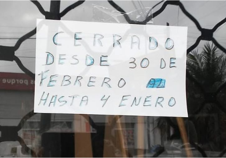 top letreros extraños: letrero que anuncia estar cerrado el 30 de febrero